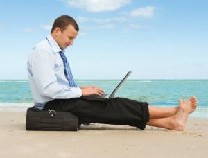 с ноутбуком на пляже